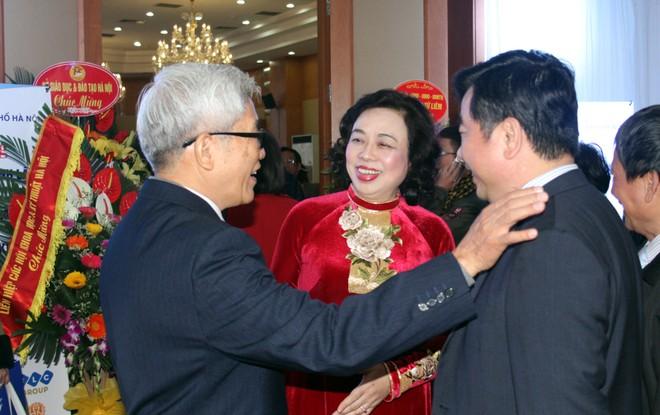 Phó Bí thư Thường trực Thành ủy Hà Nội Ngô Thị Thanh Hằng (đứng giữa) vui vẻ trò chuyện với cán bộ lãnh đạo, hội viên Hội Nhà báo thành phố Hà Nội tại lễ kỷ niệm