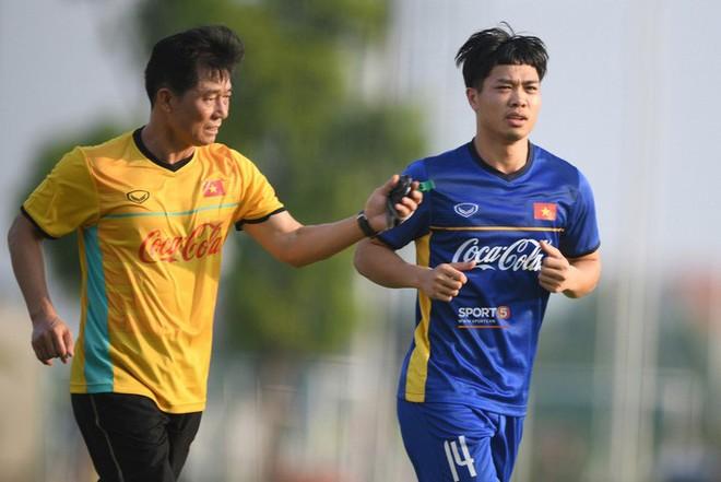 Trợ lý Bae Ji-won tận tâm trong chuyên môn và cũng như một người cha, người bạn của cầu thủ trong sinh hoạt thường nhật