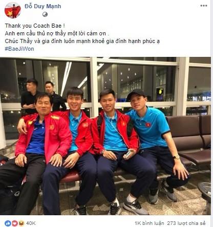 """Trang trang mạng cá nhân, tiền vệ Duy Mạnh đăng bức ảnh chụp cùng thầy Bae kèm theo chia sẻ: """"Anh em cầu thủ nợ thầy một lời cảm ơn!"""""""