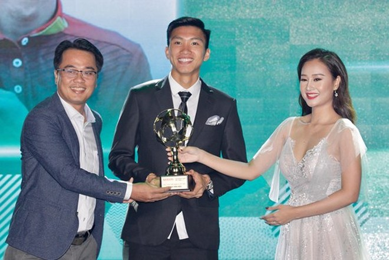 Đoàn Văn Hậu trên bục nhận giải Cầu thủ trẻ xuất sắc nhất Việt Nam 2018