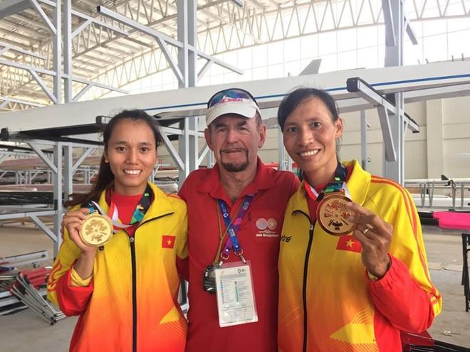 Chuyên gia người Australia, Joe Donnelly (giữa) góp công lớn giúp rowing Việt Nam lần đầu vô địch ASIAD