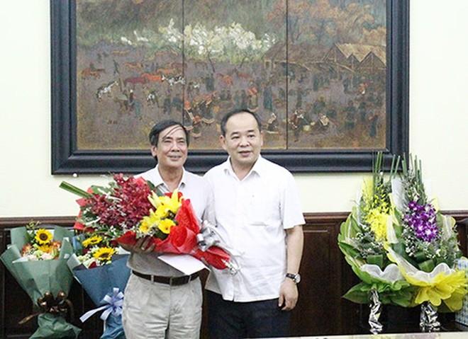 Ông Lê Khánh Hải - Thứ trưởng Bộ VH-TT&DL, Chủ tịch VFF khoá VIII, tặng hoa ông Vũ Xuân Thành khi nhận quyết định nghỉ hưu Chánh thanh tra Bộ VH-TT&DL ngày 13-9-2017