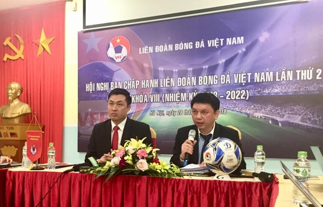 Phó Chủ tịch truyền thông VFF Cao Văn Chóng (bên trái) và Tổng thư ký VFF Lê Hoài Anh thông tin với báo chí sau cuộc họp Ban chấp hành