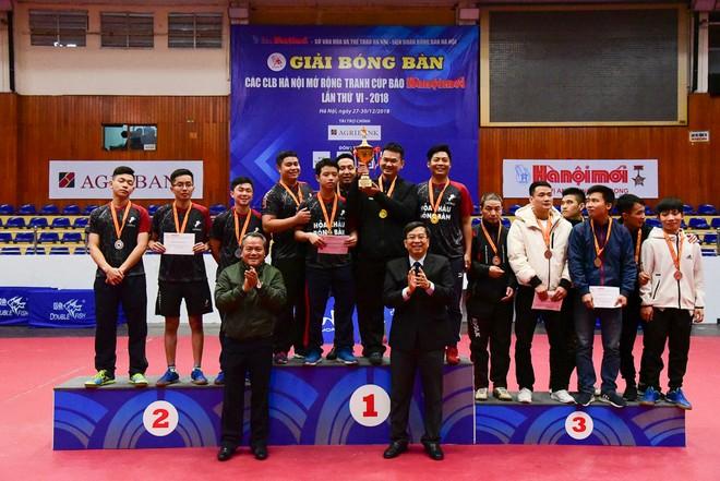 Ban tổ chức trao giải cho nội dung đồng đội nam hạng A.