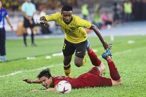 Sumareh (áo vàng) bị cấm thi đấu quốc tế 4 trận