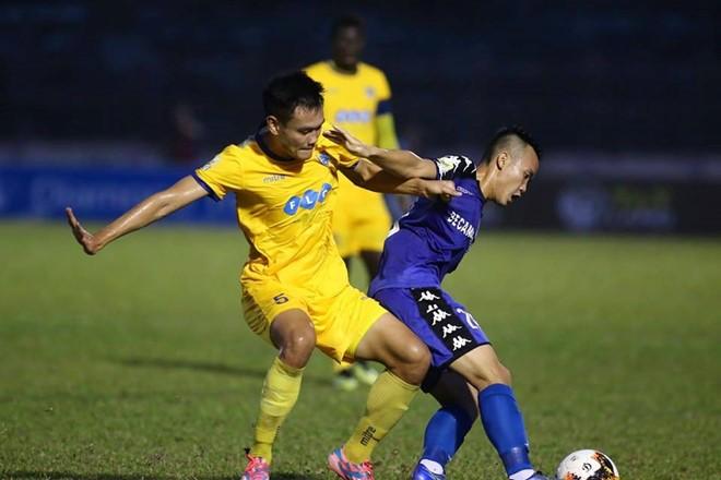 CLB Thanh Hóa (áo vàng) đang chật vật tìm nguồn tiền để có thể dự V-League 2019