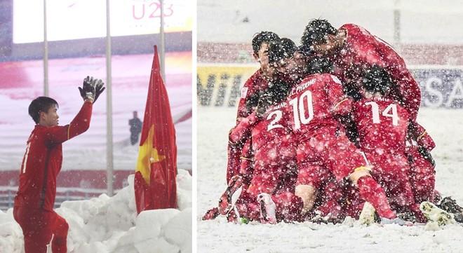 Hình ảnh đoàn kết, đồng lòng của các cầu thủ Việt Nam (ảnh phải) và khoảnh khắc Duy Mạnh cắm lá cờ Tổ quốc giữa tuyết trắng Thường Châu gây xúc động, tự hào
