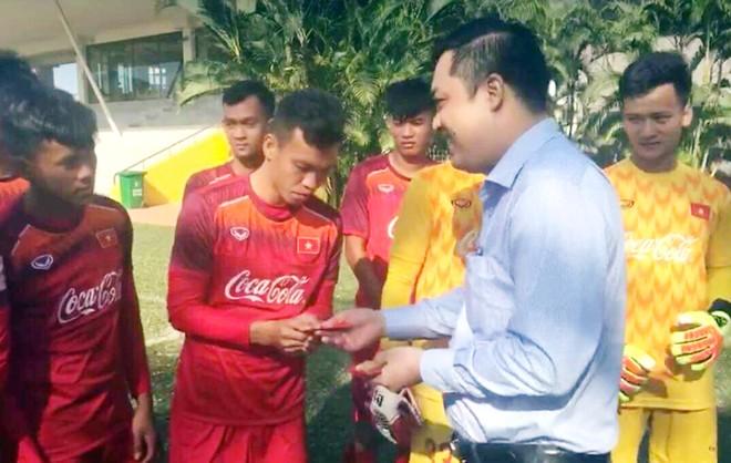 Các tuyển thủ U22 Việt Nam nhận lì xì trong ngày đầu xuân