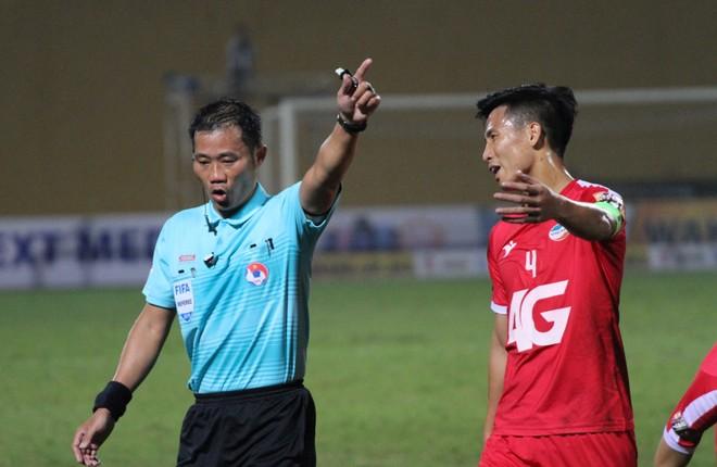 Trọng tài Trần Đình Thịnh bị treo còi do mắc sai lầm sơ đẳng trong trận Viettel - Hà Nội
