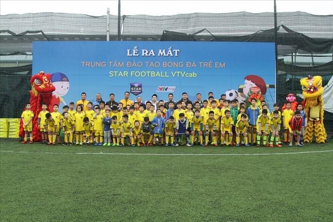Nhiều cựu danh thủ, nghệ sỹ tên tuổi cùng hàng trăm học viên khóa I trong ngày ra mắt Trung tâm VTVcab Star Football.