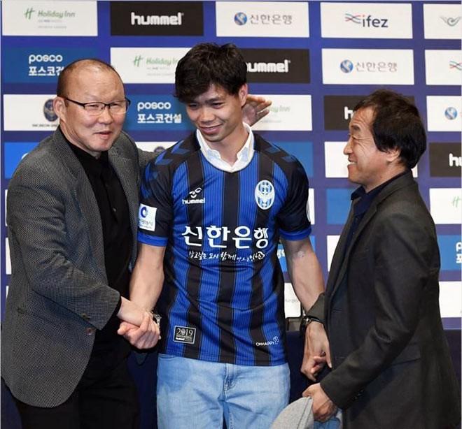 HLV Park Hang-seo chúc mừng và dặn dò Công Phượng trong ngày ra mắt Incheon Utd