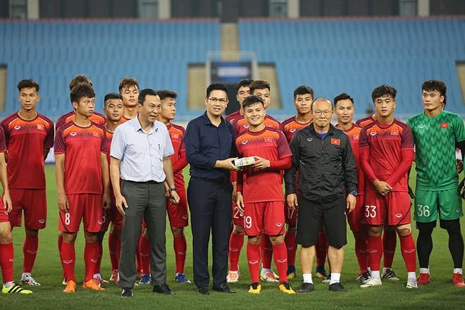 Quang Hải thay mặt toàn đội nhận tiền thưởng từ nhà tài trợ