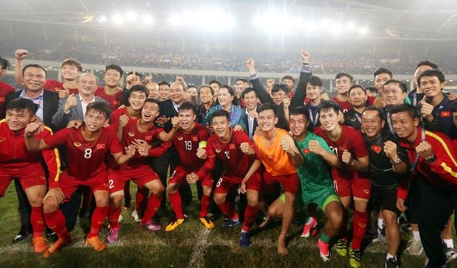 Thủ tướng Nguyễn Xuân Phúc cùng Chủ tịch Quốc hội Nguyễn Thị Kim Ngân xuống sân chúc mừng và chung vui cùng U23 Việt Nam sau chiến thắng Thái Lan 4-0