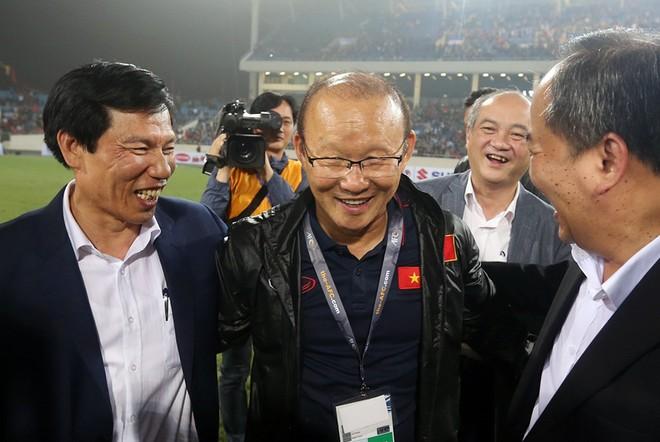 Lãnh đạo ngành thể thao xuống sân chúc mừng HLV Park Hang-seo