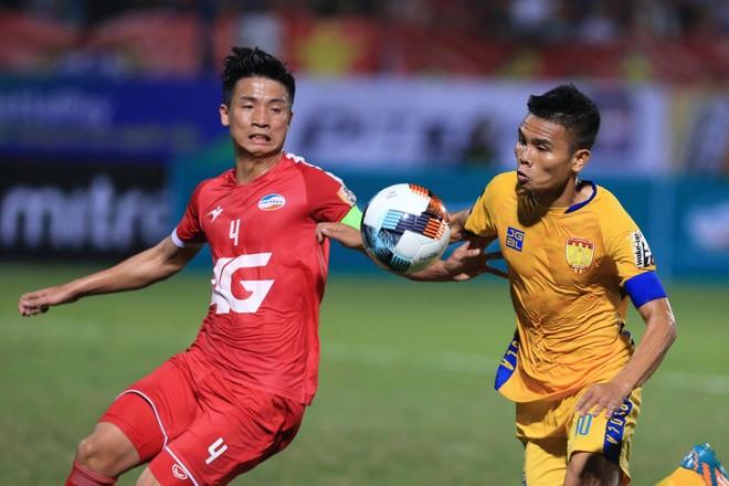 CLB Thanh Hóa (áo vàng) đang gặp khó cả về tài chính lẫn thành tích tại V-League 2019