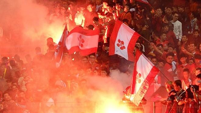 Giới quản lý và ban tổ chức V-League có vẻ như đang bất lực trước pháo sáng