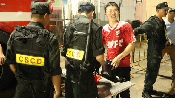 Lực lượng an ninh sân Thống Nhất kiểm tra từng cổ động viên vào sân trận Sài Gòn - Hải Phòng tối 5-5-2019