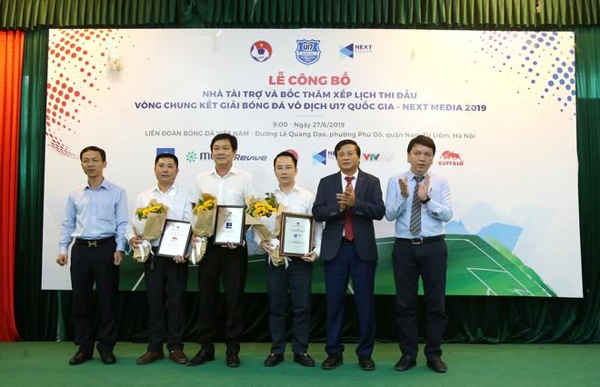 Đại diện VFF tặng danh vị ghi nhận sự hợp tác, đóng góp của các nhà tài trợ cho giải U17 quốc gia