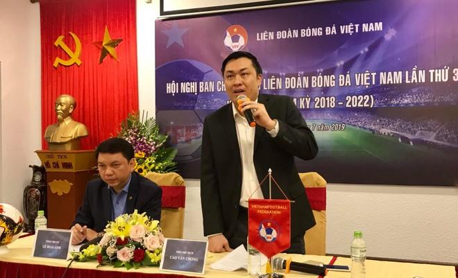 Phó Chủ tịch VFF Cao Văn Chóng thông tin về quá trình đàm phán với HLV Park Hang-seo, sau cuộc họp ban chấp hành VFF chiều 3-7