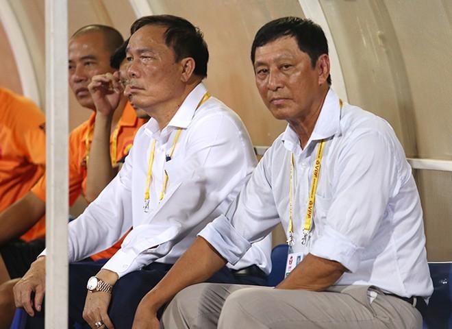 """Ông Vũ Quang Bảo (bên phải) từ chức Giám đốc kỹ thuật CLB Thanh Hoá vì không muốn """"nhận lương mà ngồi không"""""""