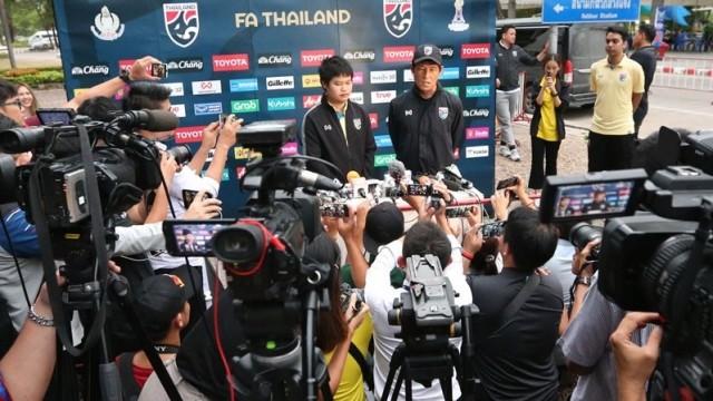 HLV Nishino trả lời truyền thông Thái Lan chiều 2-9 (Ảnh: SMMsport)