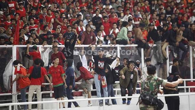 Nhiều CĐV quá khích của chủ nhà Indonesia tràn xuống sân, làm loạn trận đấu