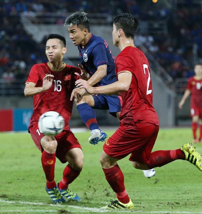 Messi Thái - Chanathip (áo xanh) tịt ngòi trong trận gặp Việt Nam