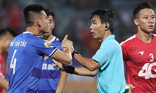 """Cú """"bẻ còi"""" tai hại của trọng tài Trương Hồng Vũ làm ảnh hưởng nghiêm trọng tới cuộc đua trụ hạng V-League 2019"""