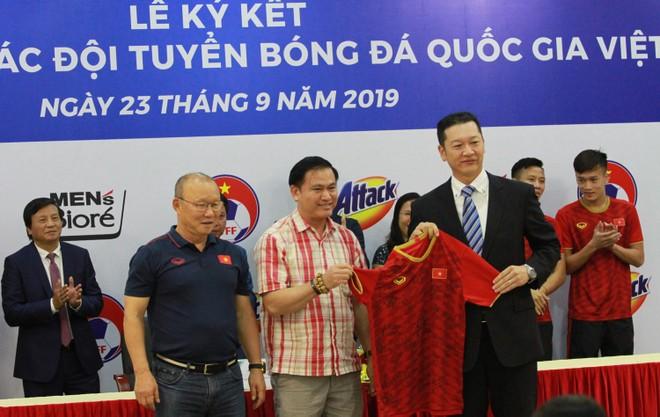 HLV Park Hang-se0 cùng đại diện VFF, Kao Việt Nam tại lễ ký kết tài trợ