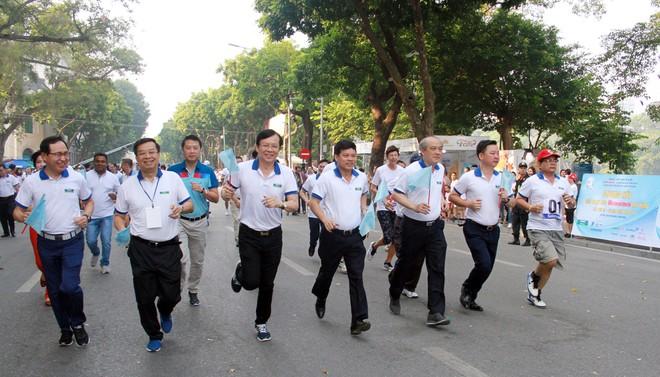 Các đại biểu tham gia chạy hưởng ứng