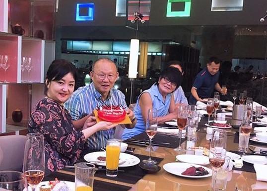 HLV Park Hang-seo đón sinh nhật bên vợ và các đồng nghiệp