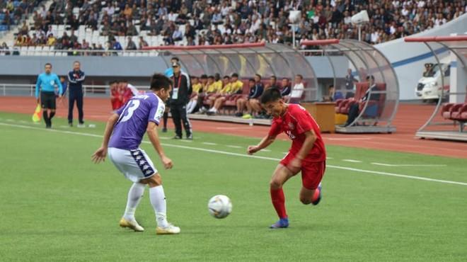 CLB Hà Nội (áo xanh) dù nỗ lực song không thể ghi bàn vào lưới chủ nhà April-25