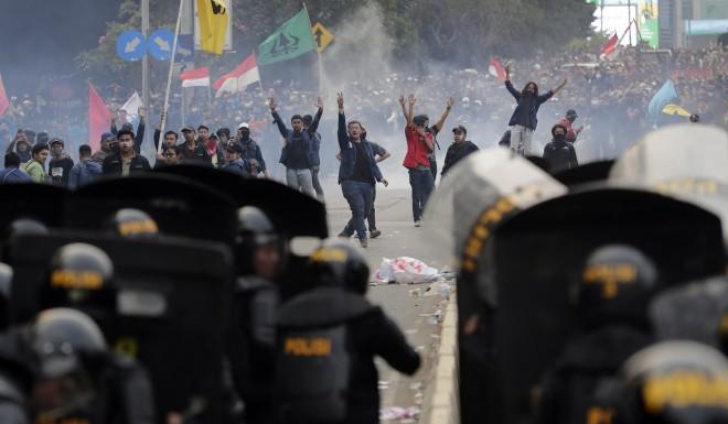Những cuộc biểu tình của sinh viên đang khiến tình hình an ninh tại Thủ đô Jakarta trở nên phức tạp, tiềm ẩn nhiều rủi ro