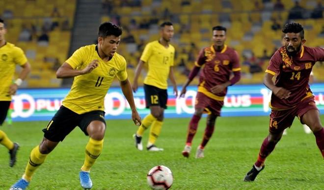 Chủ nhà Malaysia (áo vàng) thắng đậm Sri Lanka 6-0 trong trận giao hữu tối 5-10
