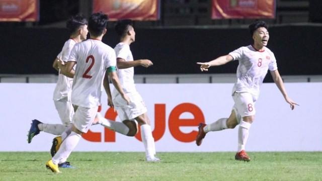 Văn Tùng cùng đồng đội ăn mừng bàn thắng ấn định tỷ số trận đấu