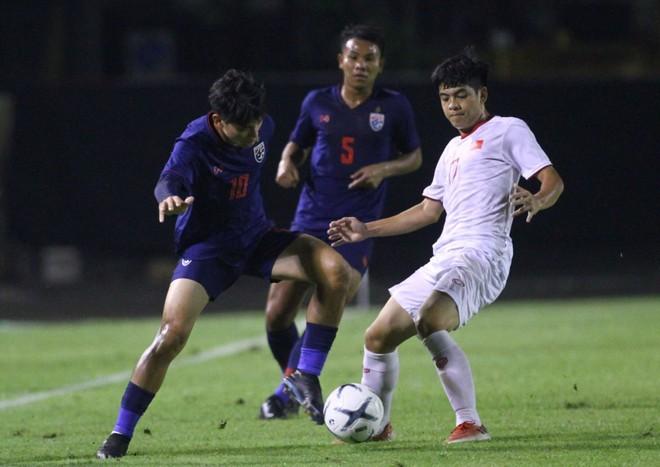 U19 Việt Nam (áo trắng) tự tin trong trận đấu với chủ nhà Thái Lan