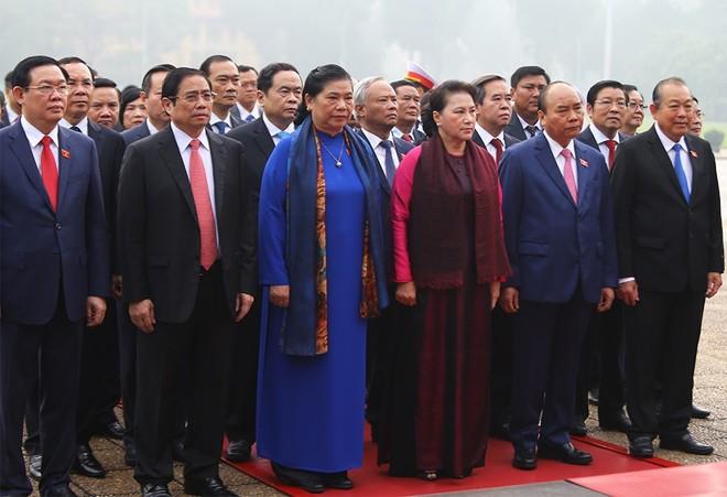 Đoàn đại biểu Quốc hội khóa XIV vào lăng viếng Chủ tịch Hồ Chí Minh (Ảnh: Duy Thành)