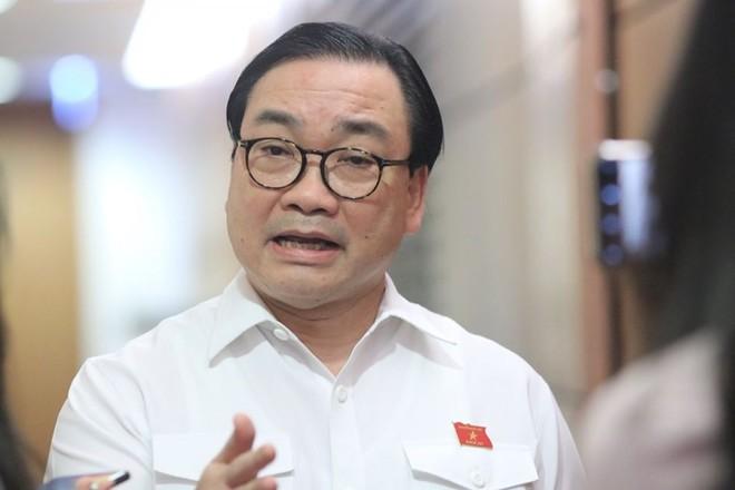 Bí thư Thành uỷ Hà Nội Hoàng Trung Hải trả lời báo chí bên hành lang Quốc hội