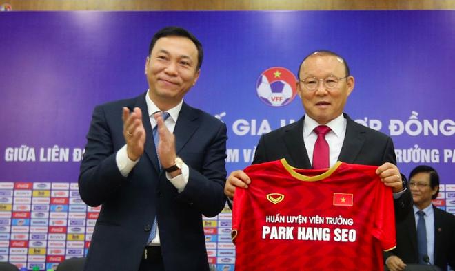 Phó Chủ tịch VFF Trần Quốc Tuấn tặng áo cho HLV trưởng Park Hang-seo, tại lễ tái ký hợp đồng sáng 7-11-2019