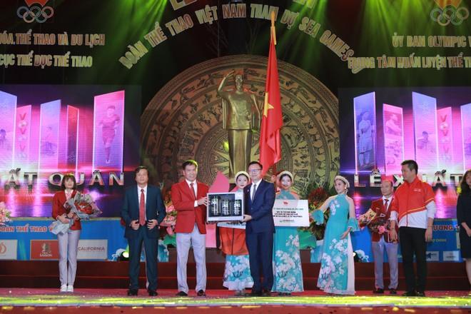 Đại diện Herbalife trao tượng trưng sản phẩm dinh dưỡng cho Trưởng đoàn Trần Đức Phấn tại lễ xuất quân Đoàn thể thao Việt Nam dự SEA Games 30