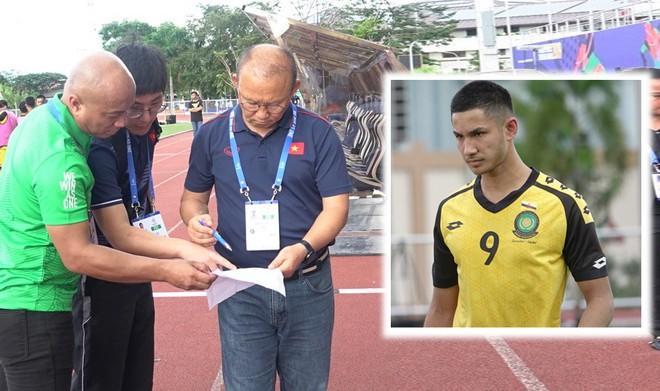 """HLV Park Hang-seo thắc mắc với ban tổ chức khi thấy Faiq Bolkiah từ danh sách dự bị """"nhảy"""" vào đội hình đá chính"""