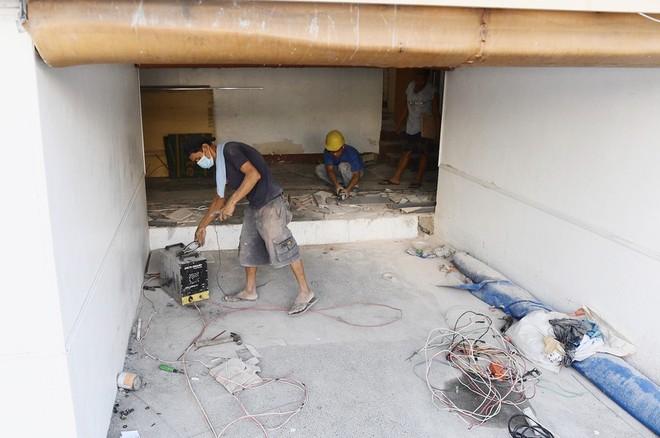 Các công nhân gấp rút hoàn thiện hạng mục sân Rizal Memorial , nơi đang diễn ra môn bóng đá nam