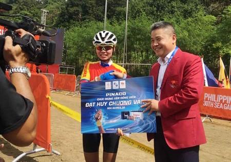 Đại diện Đoàn thể thao Việt Nam thưởng nóng cho Đinh Thị Như Quỳnh