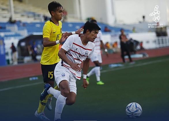 U22 Campuchia (áo trắng) thắng ấn tượng U22 Malaysia 3-1 để vào bán kết