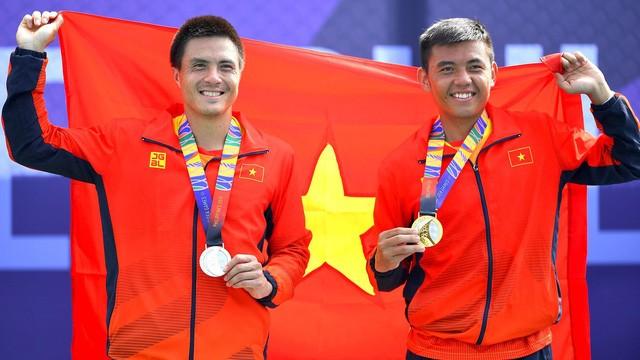 Lý Hoàng Nam (bên phải) và đồng đội Daniel Nguyễn chia nhau hai vị trí nhất, nhì đơn nam môn quần vợt SEA Games 30
