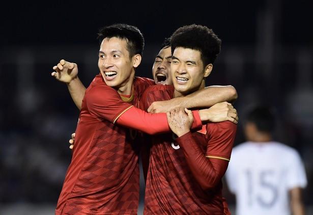 Đức Chinh cùng đồng đội ăn mừng chiến thắng