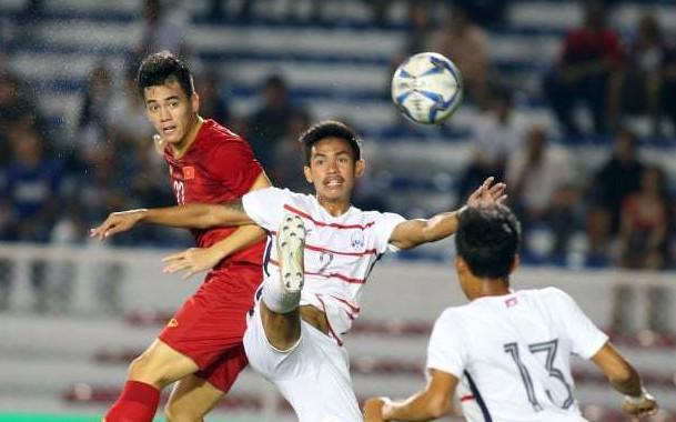 Tiến Linh (áo đỏ) mở tỉ số cho U22 Việt Nam