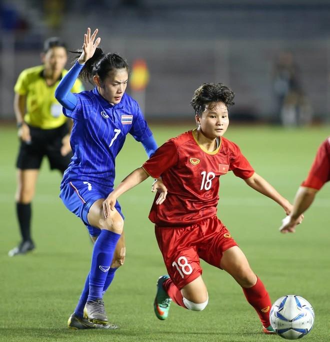 Tuyển nữ Việt Nam (áo đỏ) là những người chơi hay hơn, có nhiều cơ hội hơn trong hai hiệp chính