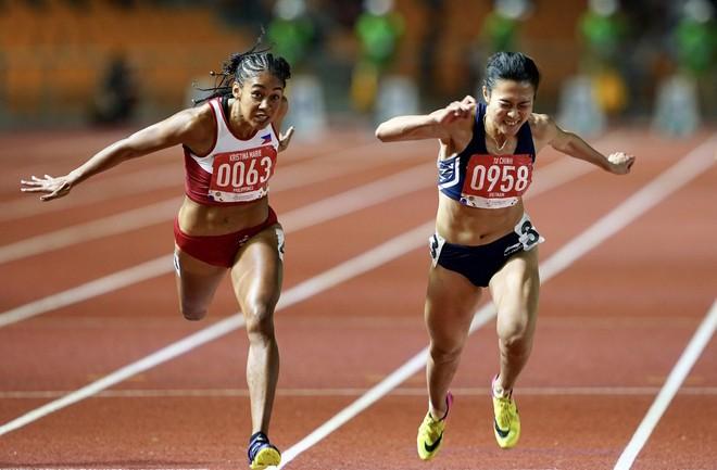 Tú Chinh (bên phải) chiến thắng Knott ở chung kết 100m nữ nhờ hơn 1% giây