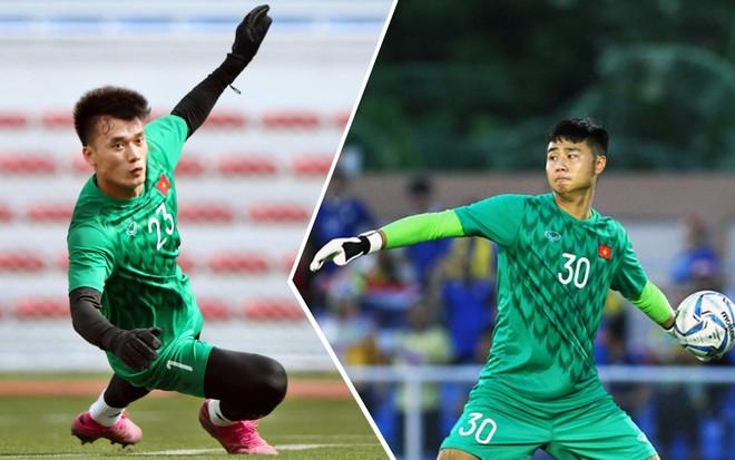 Văn Toản (phải) nhiều khả năng sẽ được chọn bắt chính, sau khi Tiến Dũng mắc sai dẫn đến bàn thua U22 Indonesia ở vòng bảng